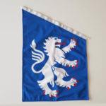 Hallands fasadflagga mot grå bakgrund