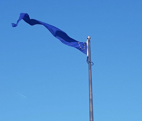 silvrig flaggstång med eu-vimpel