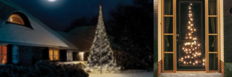 Belysning på dörr och i bakgrunden syns en upplyst flaggstång i trädgård